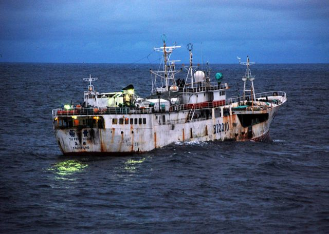 a-taiwanese-flagged-fishing-vessel-suspected-of-iuu-us-navy
